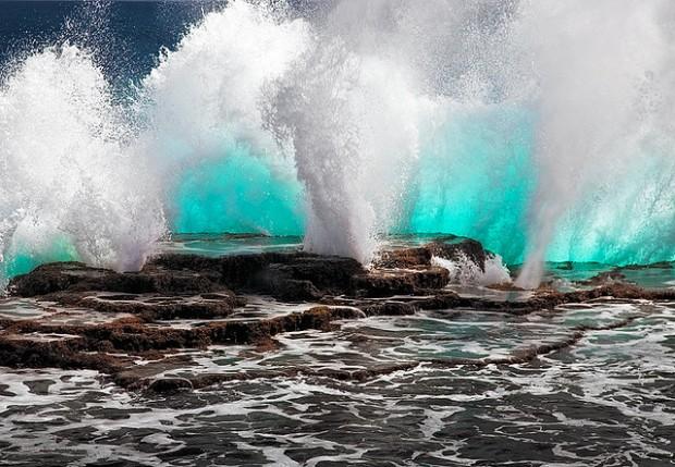 Principal atração da ilha chama-se Blow Holes, que são aberturas nos recifes de corais, de onde saem jatos de água do mar e são emitidos vários sons