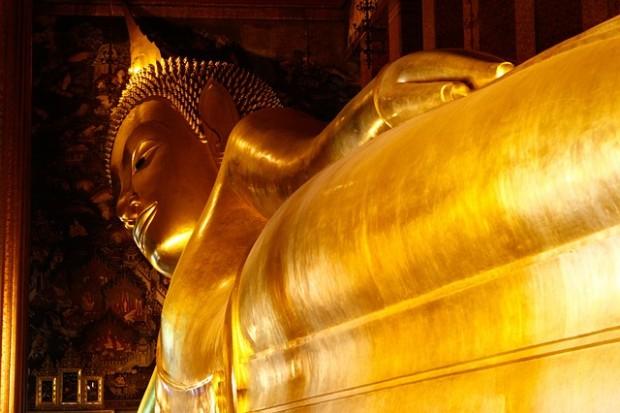 Para conhecer o Buddha deitado, com seus 46 metros de comprimento e coberto por folhas de ouro, é preciso ter 20 baht