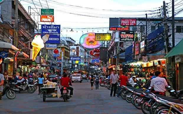 Na rua de Khao San Road é possível encontrar hotéis, bares, baladas, restaurantes, lojas, ambulantes e muito mais