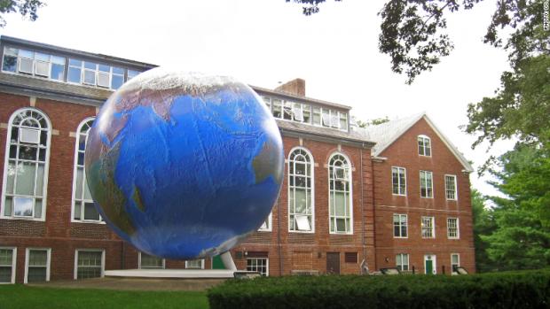 Instituição possui em seu campus um dos maiores globos do mundo. A escultura pesa 25 toneladas
