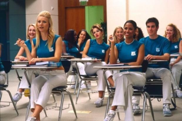 Cena do filme Voando Alto; no Brasil, o curso de comissário é uma exigência da Anac