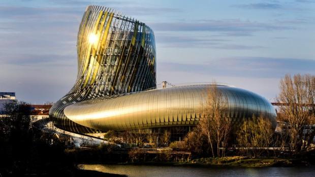 900 painéis reflexivos foram colocados no edifício, além de 2500 estruturas de alumínio douradas